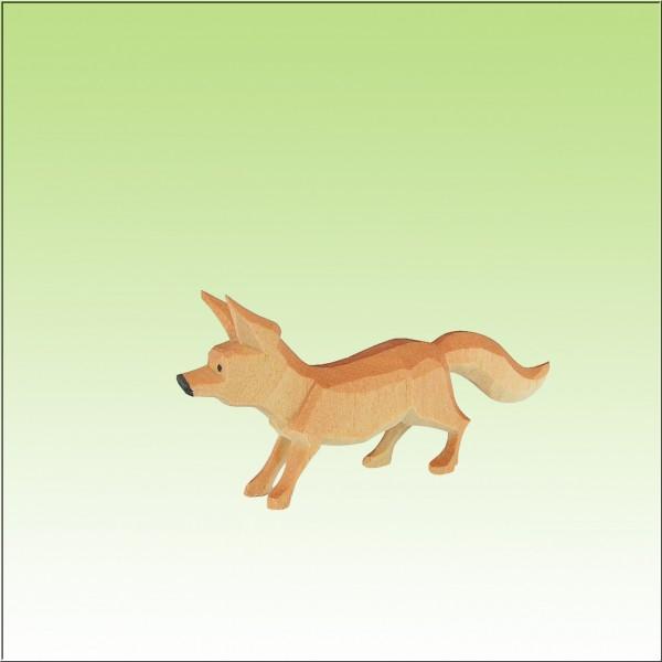geschnitzer Fuchs, sichernd, farbig lasiert