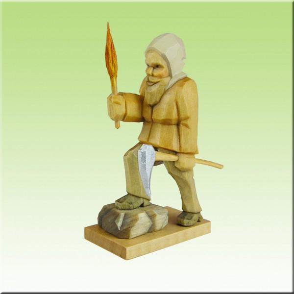 geschnitzter Bergmann m. Fackel, Fuß auf Stein, 7cm, farbig
